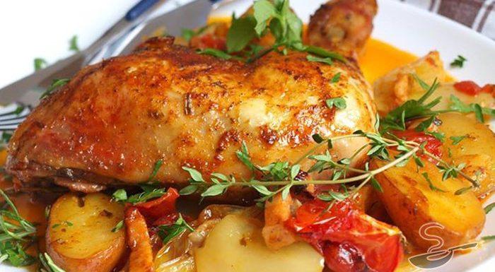 Pulpe de pui cu cartofi și legume, la cuptor – Prânz rapid și gustos, pe placul tuturor