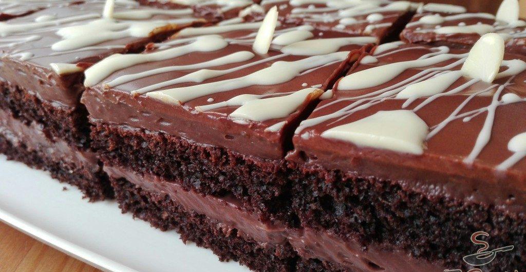 Prăjitură de casă cu ciocolată – Prăjitură cu blat fraged și aromat, însiropat, și cremă deliciu